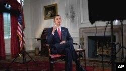 صدر اوباما، ہفتہ وارخطاب ریکارڈ کراتے ہوئے