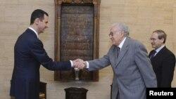 Tổng thống Syria Bashar al-Assad bắt tay Đặc sứ hòa bình quốc tế Lakhdar Brahimi tại cuộc họp ở Damascus, ngày 21/10/2012