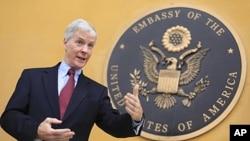 Đại sứ Hoa Kỳ tại Afghanistan Ryan Crocker phát biểu trong cuộc họp báo tại Ðại sứ quán Mỹ ở Kabul