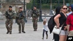 Binh lính Pháp tuần tra kim tự tháp kính ở bảo tàng Louvre ở Paris, ngày 18 tháng 8 năm 2016.