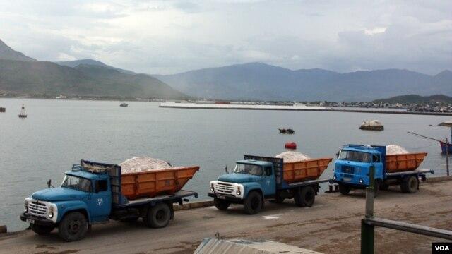 Xe chở hàng xuất khẩu sang Trung Quốc tại cửa khẩu Tân Thanh tỉnh Lạng Sơn, Việt Nam. (D. Schearf / VOA)