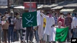 "Warga Kashmir melakukan protes dengan membawa bendera Pakistan bertuliskan ""jihad"" dalam aksi di Srinagar, Kashmir-India (foto: dok)."