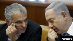 FILE - Israeli Prime Minister Benjamin Netanyahu (R) speaks with Finance Minister Moshe Kahlon during the weekly cabinet meeting in Jerusalem, Jan. 31, 2016.