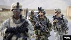 Beberapa anggota tentara AS dalam operasi militer di Afghanistan (foto: dok). Sembilan orang tentara AS yang pernah bertugas di Afghanistan dikenai hukuman administratif oleh Pentagon.