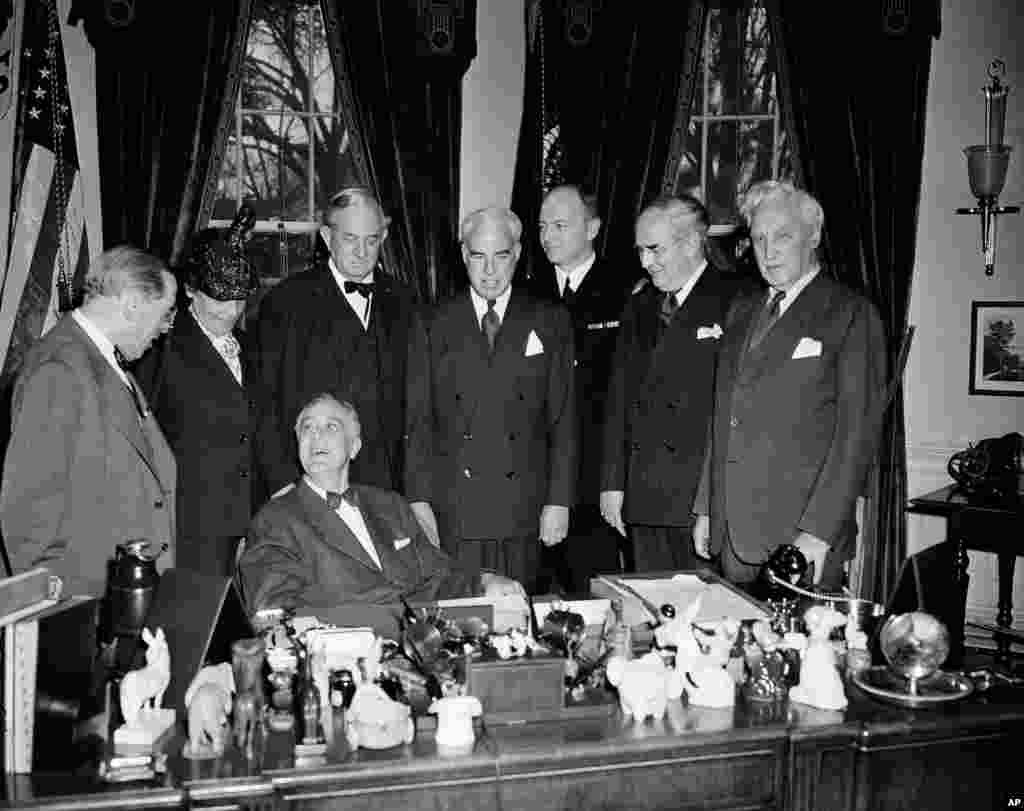 Prezident Franklin Ruzvelt San-Fransisko konferensiyasida ishtirok etuvchi AQSh delegatsiyasi bilan Oq Uyda uchrashmoqda. 13-mart, 1945.