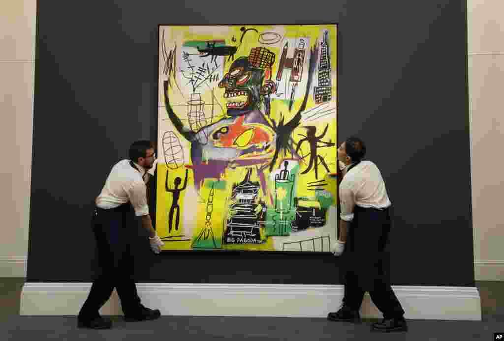 حراجخانهساتِبیز در لندن اثری از «ژان میشل باسکیا» نقاش و نگار گر آمریکایی - آفریقایی تبار را برای نمایش آماده می کند.
