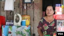 អ្នកស្រី យ៉ុន ភុល អាយុ ៦២ ឆ្នាំ ពលរដ្ឋម្នាក់រស់នៅក្នុងភូមិសែនសិរីមង្គល ឃុំក្រយា ស្រុកសន្ទុក ខេត្តកំពង់ធំ កំពុងលក់អាហារ និងភេសជ្ជៈនៅមុខតូបខាងមុខផ្ទះរបស់អ្នកស្រី។ (ស៊ុន ណារិន/VOA Khmer)