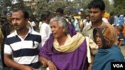 Para keluarga korban miras beracun berkumpul di luar Rumah Sakit Diamond Harbour di Sangrampur, dekat Kolkata, India (14/12).
