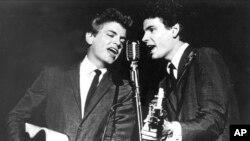 1960년대와 70년대를 주름잡았던 형제 악단 에벌리 브라더스.1964년 공연 사진.