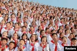 朝鲜中央通讯社发布的照片显示,朝鲜领导人金正恩到场时,朝鲜的少年们欢呼
