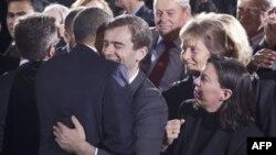 Một người ôm Tổng thống Obama tại Bộ Nội vụ ở Washington sau khi ông ký hủy bỏ đạo luật 'Không Hỏi, Không Nói' cho phép người đồng tính phục vụ công khai trong quân đội, 22/12/2010