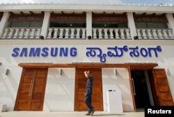 Cửa hàng lớn nhất thế giới của Samsung mới mở ở Ấn Độ hôm nhìn từ bên ngoài.