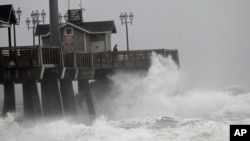 Ombak besar yang dipicu oleh badai Sandy menghantam anjungan Jeanette di Nags Head, North Carolina, Sabtu (27/10).