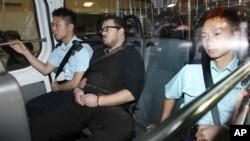 Rurik George Caton Jutting (tengah) dikawal polisi dalam kendaraan menuju pengadilan di Hong Kong (3/11).
