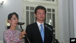 缅甸民主领导人昂山素季(左)与日本外相玄叶光一郎12月26日在仰光