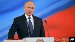 Vladimir Putin je četvrti put položio zakletvu i tako službeno produžio mandat za još šest godina.