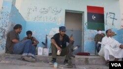Los combatientes rebeldes esperan en las cercanías de Bani Walid, previo al ataque final contra el bastión pro Gadhafi.