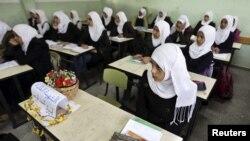Murid-murid perempuan di Palestina kembali belajar di sekolah di Jalur Gaza, sementara bangku seorang teman kelas mereka Amera Abu Nasser dikosongkan (25/11). Amera tewas dalam serangan udara Israel atas Gaza.