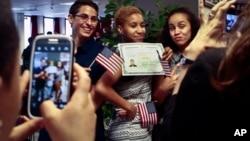 Esta normativa en ningún caso legaliza el estatus migratorio de las personas que se acogen a ella, agregó el USCIS.