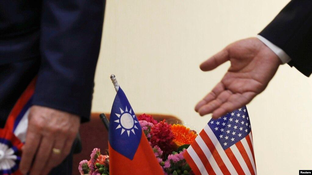 美眾院外事委員會主席羅伊斯2018年3月訪台時台灣方面佈置的旗幟(路透社)