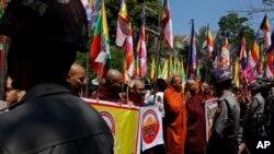Polisi Myanmar memberikan penjagaan selama unjuk rasa pendeta Budha di luar Kedubes Thailand, 24 Februari 2017 di Yangon, Myanmar (foto: AP Photo/Thein Zaw)