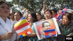 FILE - Tens of thousands of Cambodians march at a funeral procession of Kem Ley, heading to his homeland in Takeo's Tramkak district on Sunday, July 24, 2016. Independent political analyst Kem Ley was shot dead on Sunday, July 10, 2016 in Phnom Penh. (Leng Len/VOA Khmer)