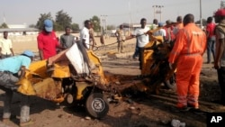 Quelques personnes dégagent les débris d'une explosion après un attentat-suicide à Maiduguri, Nigeria, 29 octobre 2016.