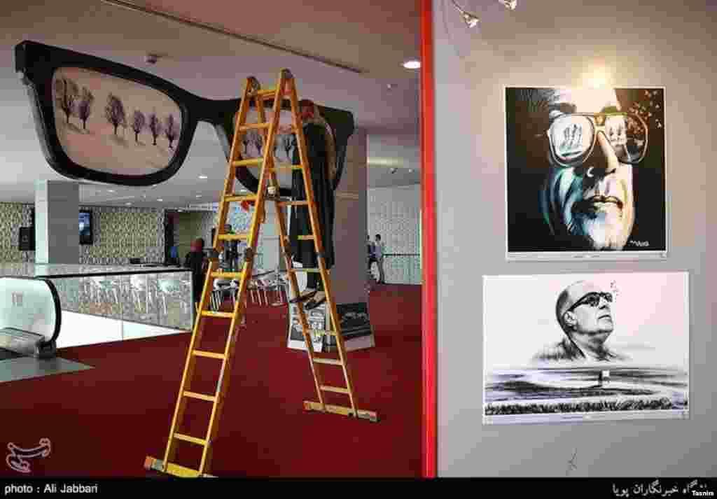 آماده سازی محل برگزاری جشنواره جهانی فیلم فجر. عکسی از کیارستمی. در جشنواره فجر از کیارستمی یادی نشده بود. عکس: علی جباری