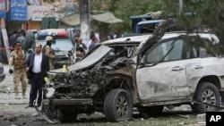 아프가니스탄 대통령 선거에서 선두를 달리고 있는 압둘라 압둘라 후보의 경호차량 부근에서 6일 여러 차례의 폭탄 공격이 발생했습니다.