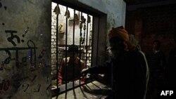 Một người đàn ông mua rượu quê hương từ 1 cửa hàng có nhà nước theo dõi ở Allahabad, Ấn Độ, 15/12/2011