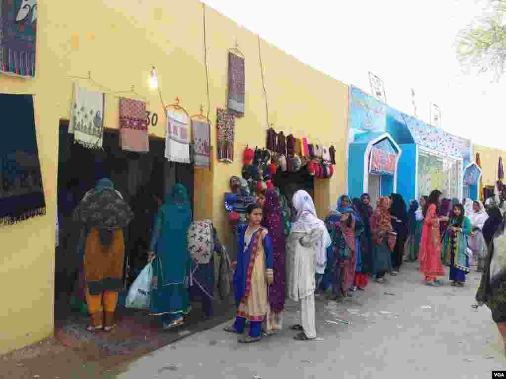 میلے میں خواتین کی بڑی تعداد نے شرکت کی