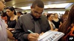 지난달 14일 미국 플로리다에서 열린 채용박람회에서 구직자들이 서류를 작성하고 있다. (자료사진)