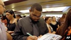 Un desempleado llena una hoja de contacto en Miami Lakes, Florida. Las tasas de desempleo no muestran todo lo que deben mostrar.