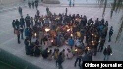 Para mahasiswa di Universitas Qinghai melakukan aksi solidaritas dengan melakukan doa bersama bagi para korban tewas aksi bakar diri (foto: dok). Aksi serupa hari Senin 26/11 ditumpas oleh polisi.