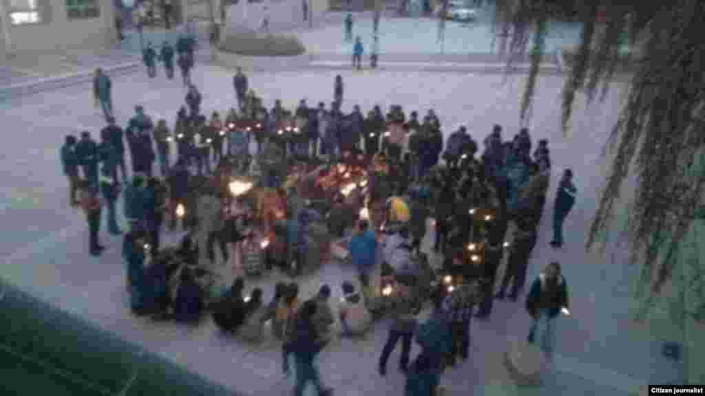 學生在青海省西寧的青海民族大學參加抗議。