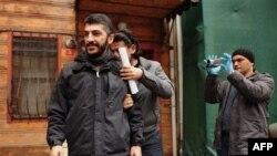Policajac u civilu privodi fotografa AFP-a Mustafu Ozera u Istanbulu, 20. decembra 2011.