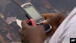 Wani mutum na amfani da wayarsa samfurin Blackberry a Najeriya.