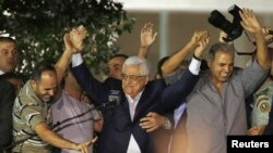 2013年8月14日巴勒斯坦民族权力机构主席马哈茂德·阿巴斯在约旦河西岸城市拉马拉与获释的巴勒斯坦人拉手