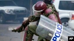 Un policier kényan lors d'une manifestation à Nairobi, Kenya, 16 mai 2016.