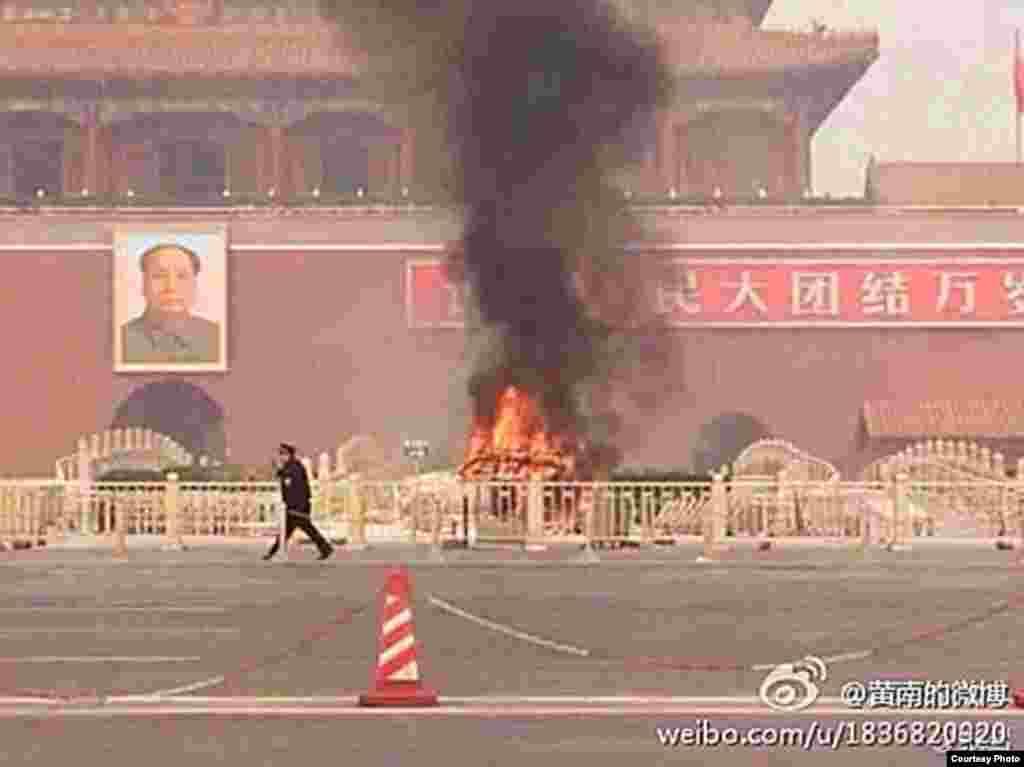 天安門爆炸起火現場(圖片來自微博網友)