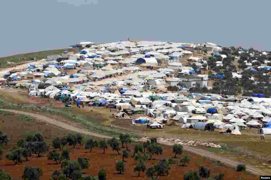 Trại tị nạn Atma nhìn từ phía biên giới Syria gần lan2g Bukulmez của Thổ Nhĩ Kỳ.