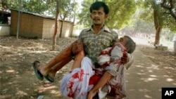 Một người đàn ông bị thương được đưa ra khỏi hiện trường vụ nổ bom ở Patna, Ấn Độ, ngày 27/10/2013.