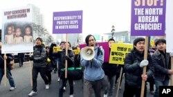 서울역 광장에서 북한 집단 학살 반대 집회를 벌이는 로버트 박(가운데)과 시위대