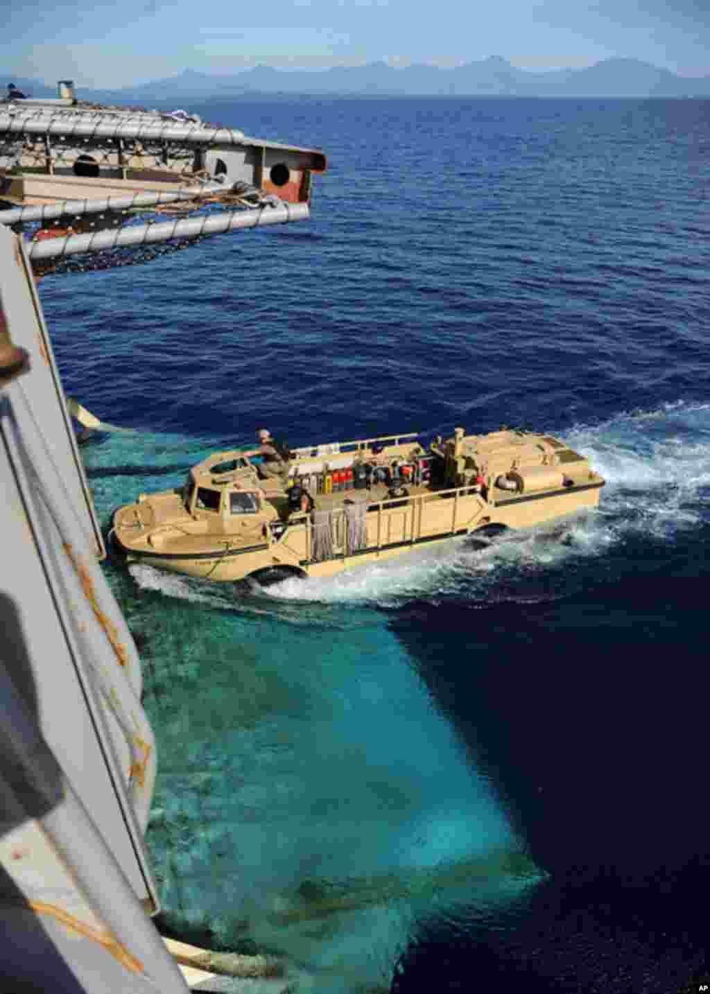 菲律賓蘇祿灣 (2012年4月21日) 一艘登陸衝鋒搜救艇進入兩棲運輸艦丹佛號船艙。丹佛號是參加美菲2012肩並肩聯合軍演的兩棲運輸艦之一。