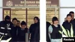 북한 김정은 국무위원장의 이복형 김정남을 살해한 혐의로 기소된 인도네시아인 시티 아이샤(왼쪽)와 베트남 국적자 도안 티 흐엉이 3일 말레이시아 쿠알라룸푸르 샤알람 법원을 나서고 있다.