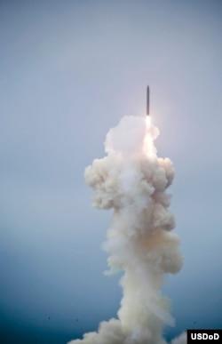 美国导弹防御局自加州范登堡空军基地成功进行3段陆基拦截飞行测试