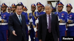 Malaysia's Prime Minister Mahathir Mohamad accompanied by his Cambodian counterpart Hun Sen inspect an honour guard at the Peace Palace in Phnom Penh, Cambodia, September 3, 2019.