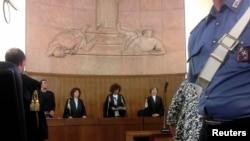 Hội đồng xét xử tuyên án ông Berlusconi ở Milan, ngày 24 tháng 6, 2013.