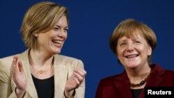 Thủ tướng Đức Angela Merkel và Phó Chủ tịch đảng CDU Julia Kloeckner tham dự một cuộc mít tinh ở Landau, Đức, ngày 22/2/2016. Phúc trình của IPU ghi nhận trong năm ngoái con số phụ nữ thành viên quốc hội tăng chậm chỉ có 0,5% trong 58 cuộc bầu cử quốc gia.