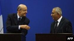 Ngoại trưởng Pháp Alain Juppe (trái) và Thủ tướng Palestine Salam Fayyad mở cuộc họp báo chung sau cuộc họp ở thành phố Ramallah trong vùng bờ Tây